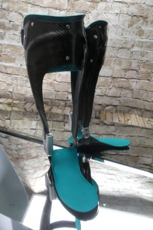 dynamische Fuß Unterschenkel Orthese Carbon Prepreg Technik mit thermoplastischem Innenschaft, Neuro Swing Gelenk und Mitläufergelemk, kombinierte Bauweise